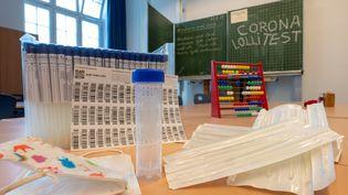Un kit de tests Covid-19 dans une école, ici en Allemagne. Photo d'illustration. (PETER KNEFFEL / DPA)