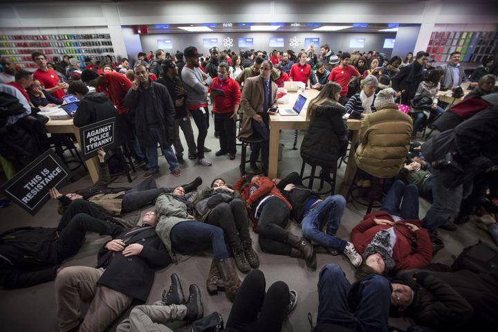 """Des manifestants organisent un """"die-in"""" dans un Apple Store de New York (Etats-Unis), le 5 décembre 2014. (ANDREW KELLY / REUTERS)"""