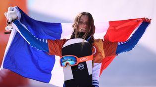 La Française Julia Pereira de Sousa Mabileau fête sa deuxième place sur le podium de l'épreuve de snowboardcross des Jeux olympiques de Pyeongchang, le 16 février 2018. (MARTIN BUREAU / AFP)