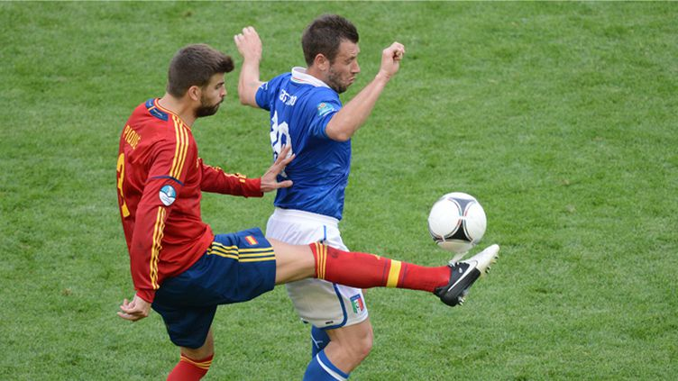 Piqué (Espagne) à la lutte avec Cassano (Italie)