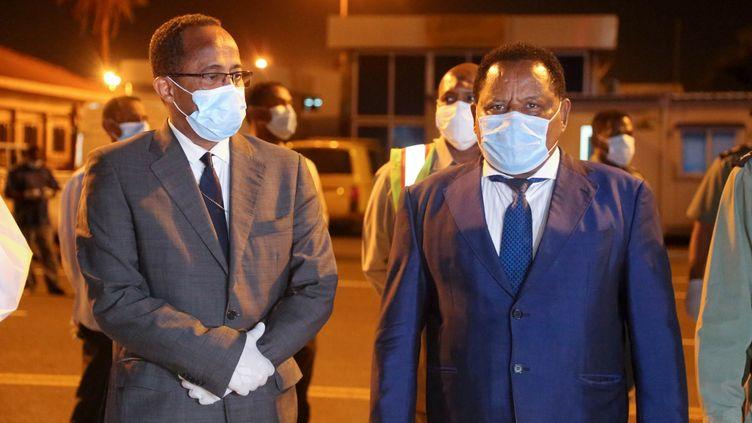 A l'aéroport de Khartoum, le ministre soudanais de la Santé Akram el-Tom (à gauche de la photo) réceptionne du matériel médical en provenance de Chine, le 23 mars 2020. (Mahmoud Hjaj / ANADOLU AGENCY / Anadolu Agency via AFP)