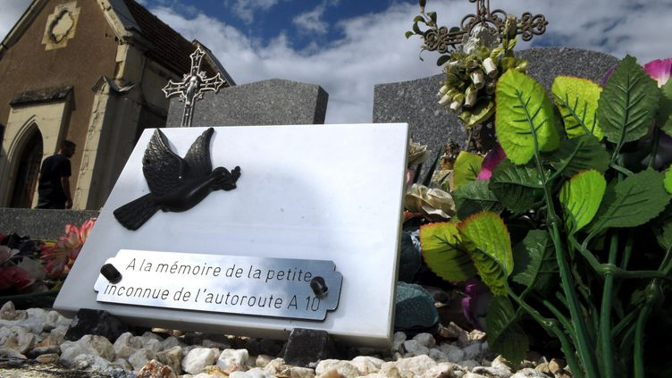 Dans le cimetière de Suèvres (Loir-et-Cher), la tombe de la petite Inass, retrouvée morte sur les bords de l'A10 le 11 août 1987.Il a fallu attendre 31 ans pour connaîtreson prénom. (MAXPPP)