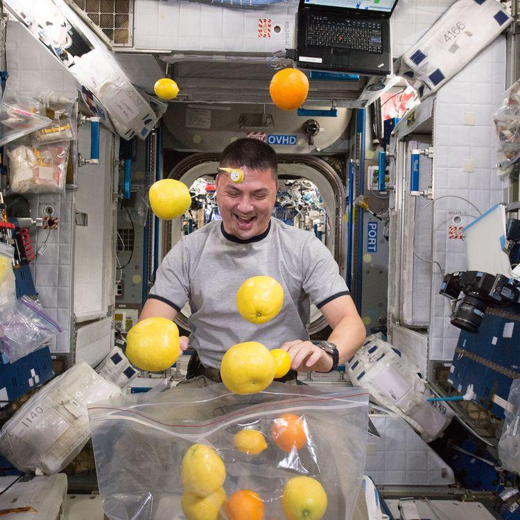 L'astronaute américainKjell Lindgren ouvre un sachet de fruits frais à bord de la Station spatiale internationale, le 27 août 2015. (NASA)