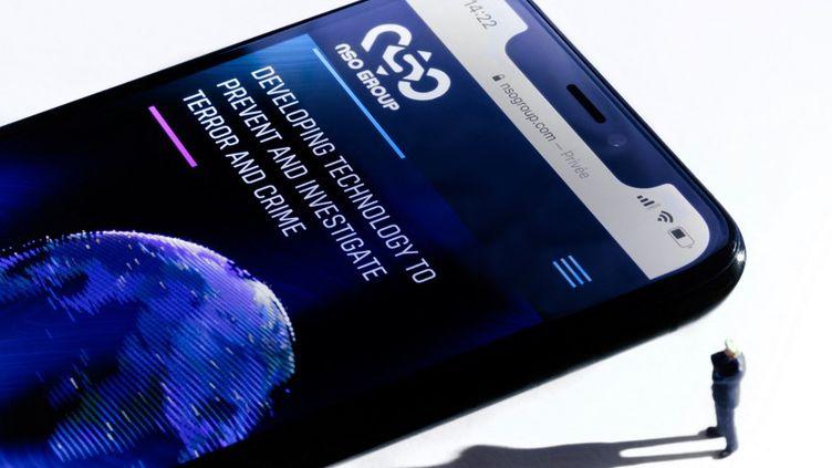 """Un smartphone avec le site web du groupe israélien NSO qui comporte le logiciel espion """"Pegasus"""", à Paris le 21 juillet 2021. (JOEL SAGET / AFP)"""