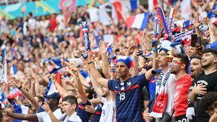 Des supporters françaislors du matchdu groupe F de l'Euro 2021 entre la Hongrie et la France au Puskas Arena de Budapest, le 19 juin 2021. (TIBOR ILLYES / AFP)
