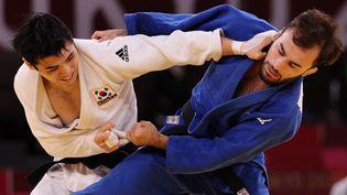 Luka Mkheidze au combat avec le Sud-Coréen Kim Won Jin pour la médaille de bronze des -60kg à Tokyo, le 24 juillet 2021. (JACK GUEZ / AFP)