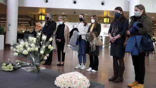 Des victimes et leurs proches se recueilllent à l'aéroport de Zaventem, le 22 mars 2021. (POOL STEPHANIE LECOCQ / BELGA MAG / AFP)