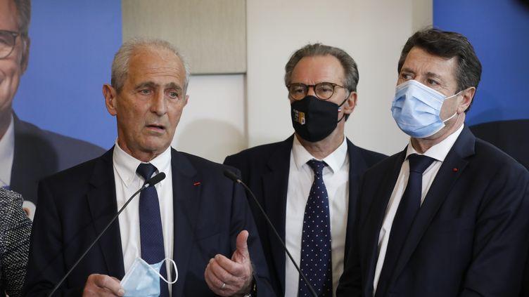Hubert Falco (à gauche), maire de Toulon, lors d'une conférence de presse sur la candidature aux régionales en présence de Renaud Muselier et Christian Estrosi. (FRANK MULLER / MAXPPP)