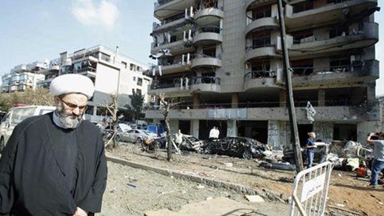 Un religieux chiite marche près du site de l'attaque contre l'ambassade iranienne à Beyrouth (20-11-2013). (Reuters - Sharif Kharim)