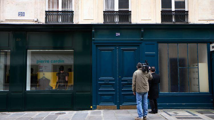 Des journalistes devant l'entrée de l'immeuble où se trouve l'appartement qui aurait abrité la liaison supposée entre le chef de l'Etat et l'actrice, le 13 janvier 2014 à Paris. (THOMAS SAMSON / AFP)