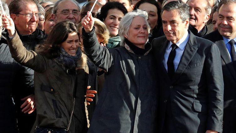 Marie Fillon (à gauche), aux côtés de sa mère Penelope et de son père François, lors du rassemblement au Trocadéro, à Paris, le 5 mars 2017. (PHILIPPE WOJAZER / REUTERS)