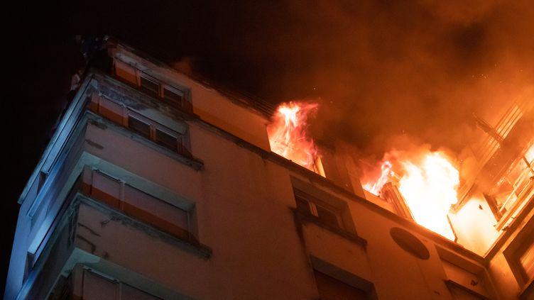 L'incendie a eu lieu, rue Erlanger dans le 16e arrondissement à Paris, dans la nuit du lundi 4 au mardi 5 février 2019. (BENOÎT MOSER / BSPP)