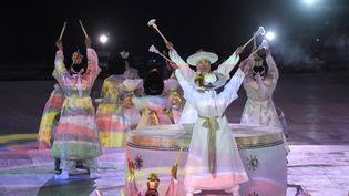 Des artistes participent à la cérémonie d'ouverture des Jeux paralympiques d'hiver, le 9 mars 2018, à Pyeongchang (Corée du Sud). (ED JONES / AFP)