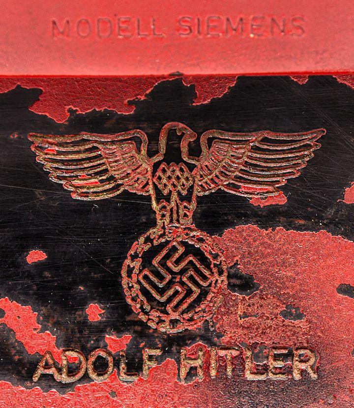 Détail du dos du téléphone d'Adolt Hitler. (ALEXANDER HISTORICAL AUCTIONS)