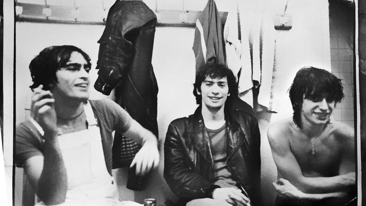 Le manager de Téléphone François Ravard, au centre, entouré de Richard Kolinka et de Jean-Louis Aubert, dans les années 70. (FRANCOIS RAVARD ARCHIVES)