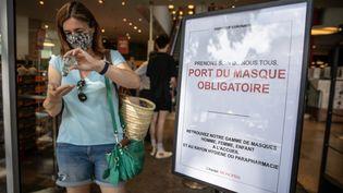 L'obligation de sortir masqué dans les lieux publics clos commence ce lundi 20 juillet.Quartier de Beaugrenelle, dans le XVe arrondissement de Paris, le 19 juillet 2020. (FRED DUGIT / MAXPPP)