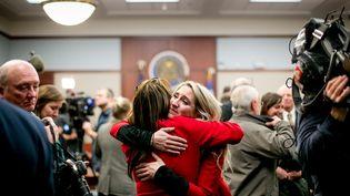 Megan Halicek, l'une des plaignantes abusées sexuellement par Larry Nassar, prend dans les bras l'une de ses soutiens après la sentence prononcée contre le médecin, le 24 janvier 2018 à Lansing, dans le Michigan (Etats-Unis). (ANTHONY LANZILOTE / GETTY IMAGES NORTH AMERICA)
