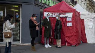 Un centre temporaire de dépistage du Covid-19 installé sous une tente, le 9 janvier 2021 à Paris. (MAGALI COHEN / HANS LUCAS / AFP)