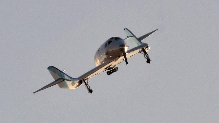 """L'avion suborbital """"SpaceShipTwo"""" survole le désert de Mojave, en Californie (Etats-Unis), le 13 décembre 2018. (GENE BLEVINS / AFP)"""