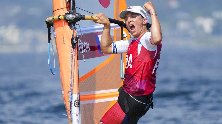 La Française Charline Picon heureuse par sa médaille d'argent conquise le 31 juillet 2021 à Tokyo, cinq ans après l'or ramené des Jeux olympiques de Rio. (GREGORIO BORGIA / AP)
