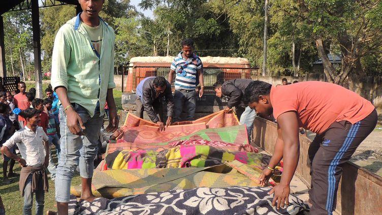 Des corps de victimes d'alcool frelaté sont alignés sur le sol, le 22 février 2019,dans l'Etat de l'Assam (Inde). (AFP)