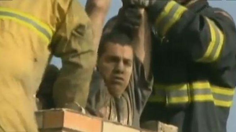 Le jeune homme secouru à Stockton (Etats-Unis), le 16 décembre 2011. (CBSNEWS)