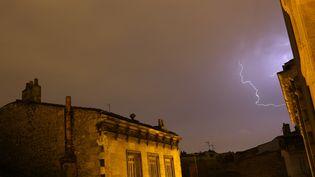 Un orage nocturne à Bordeaux (Gironde), le 26 juillet 2013. (NICOLAS TUCAT / AFP)