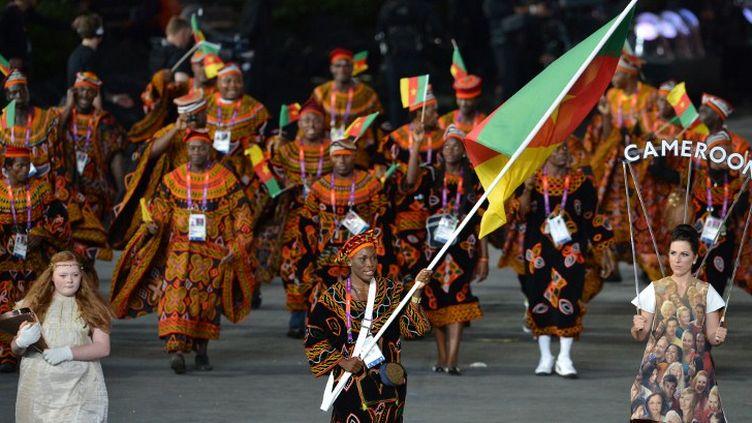 La délégation camerounaise lors de la cérémonie d'ouverture des Jeux olympiques de Londres, le 27 juillet 2012. (GABRIEL BOUYS / AFP)