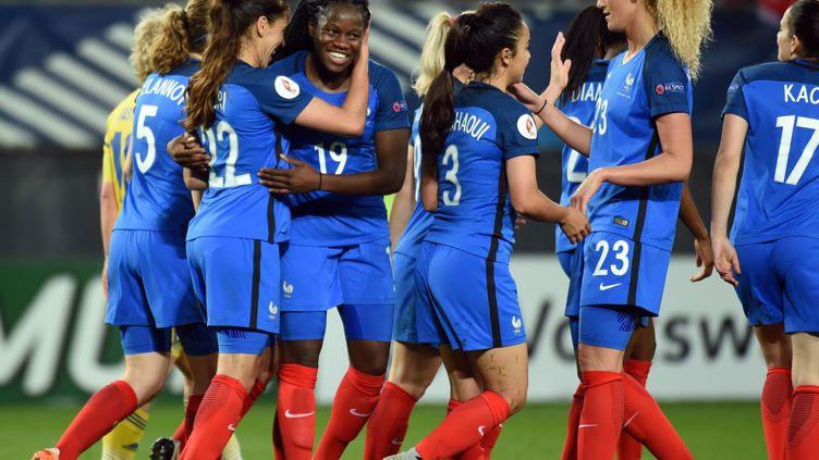 La milieu de terrain Amel Majri (à gauche) félicitée par ses coéquipières de l'équipe de France. (FRANCOIS LO PRESTI / AFP)