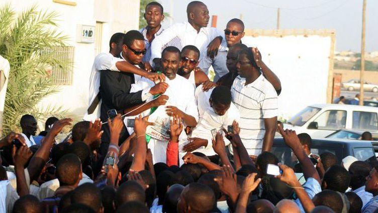 Le chef du mouvement anti-esclavagiste mauritanien Biram Ould Abeid entouré de ses camarades lors d'une campagne à Nouakchott, le 3 septembre 2012. (Photo AFP)