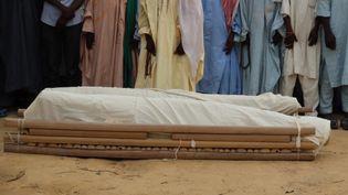 Obsèques de 19 éleveurs de bétail, qui ont été abattus la veille par les jihadistes de Boko Haram dans le nord-est du Nigeria, le 15 décembre 2019. (AUDU MARTE / AFP)