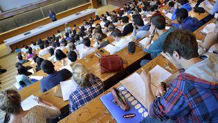 Des étudiants suivent un cours dans un amphithéâtre de l'université de Rennes 1, en septembre 2013. (PHILIPPE RENAULT / MAXPPP)