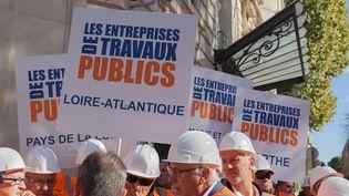 Les entreprises de travaux publics manifestent devant l'Assemblée nationale à Paris le 13 octobre 2014. (CITIZENSIDE/JEAN PIERRE NGUYEN V / CITIZENSIDE.COM)