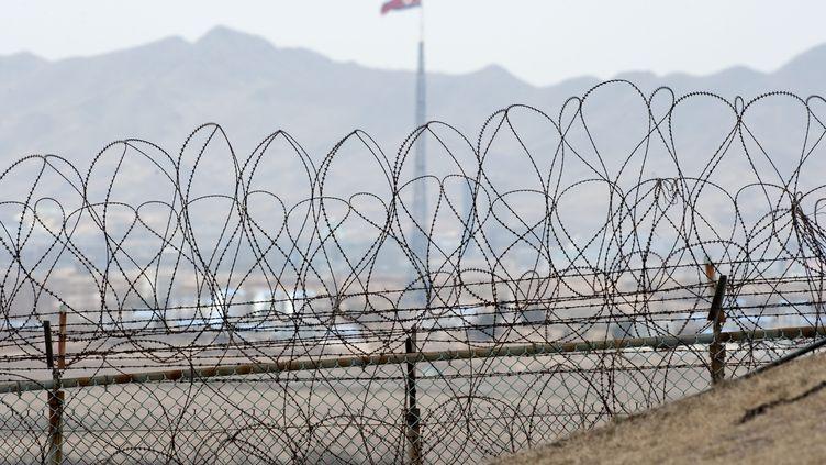 La frontière entre la Corée du Sud et la Corée du Nord, le 25 mars 2012. (SAUL LOEB / AFP)