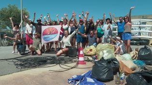 L'équipe sétoise du projet Azur posant devant les 98 kilos de déchets récoltés. (France 3 Montpellier)