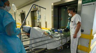 Un patient atteint par le Covid-19 à l'hôpital de Mulhouse (Haut-Rhin). Photo d'illustration. (PATRICK HERTZOG / AFP)