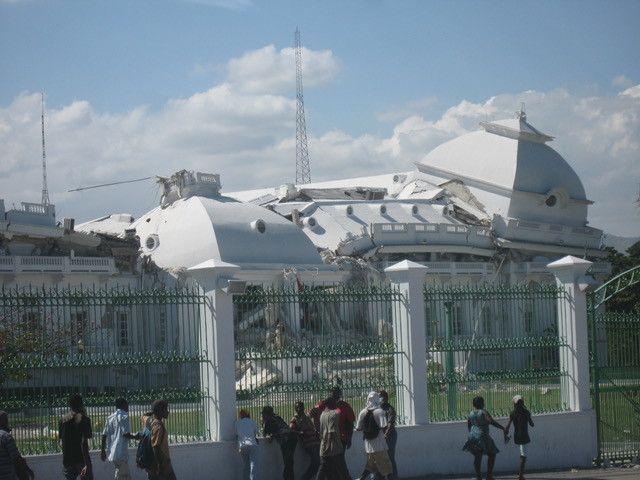 Dix ans après le séisme, le palais national effondré de Port-au-Prince n'a toujours pas été reconstruit (Photo Jacques Marie)