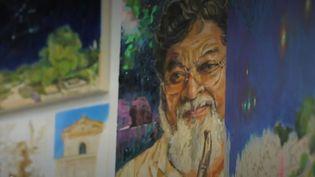Le célèbre navigateur s'est reconverti dans la peinture, avec succès. (FRANCE 2)