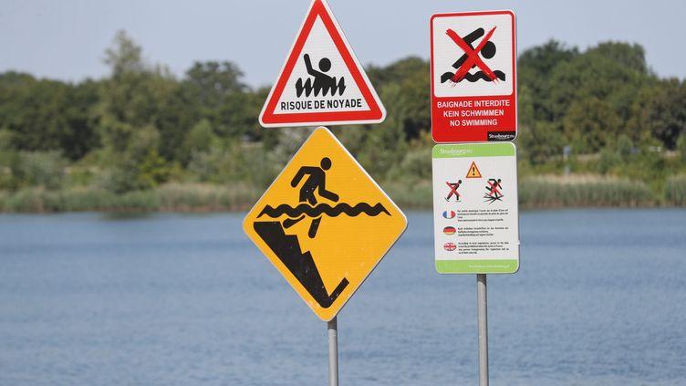 Des panneauxde préventionà proximité du lac Achard, au sud de Strasbourg. (JEAN-MARC LOOS / MAXPPP)