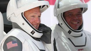 Lesastronautes de la NASA Bob Behnken (à droite) et Doug Hurley (à gauche) à Cape Canaveral, en Floride (Etats-Unis), le 30 mai 2020. (JOE RAEDLE / GETTY IMAGES NORTH AMERICA / AFP)