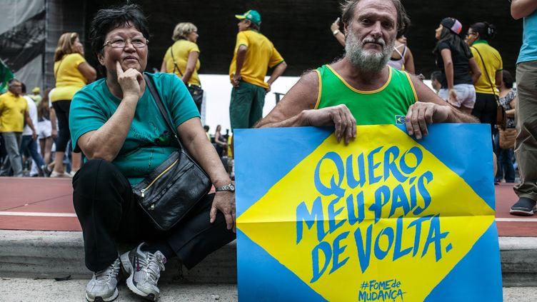 """""""Je veux retrouver mon pays"""", clame ce manifestant contre Dilma. Dans tout le pays, les opposants et les soutiens de la présidente Dilma Rousseff sont dans les rues (DARIO OLIVEIRA / ANADOLU AGENCY)"""