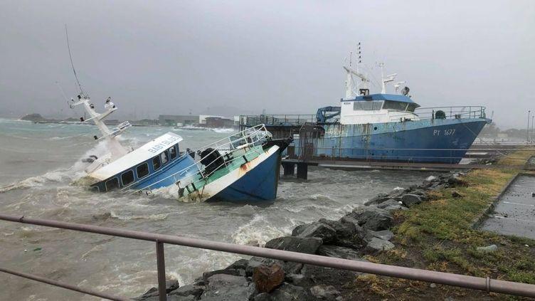 Un bateau coule au port autonome de Nouméa, le 6 mars 2021. (NOUVELLE-CALÉDONIE LA 1ÈRE)