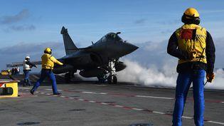 """Un Rafale sur le point de décoller sur le pont du porte-avions """"Charles-de-Gaulle"""", près de Toulon (Var), le 15 janvier 2015. (ANNE-CHRISTINE POUJOULAT / AFP)"""