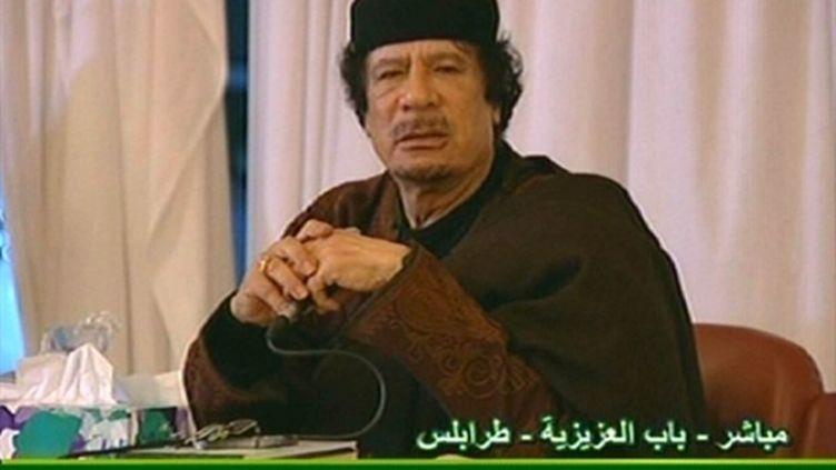 Le colonel Kadhafi intervenant à la télévision libyenne devant un parterre de sympathisants le 15 mars 2011 (AFP/Télévision libyenne)