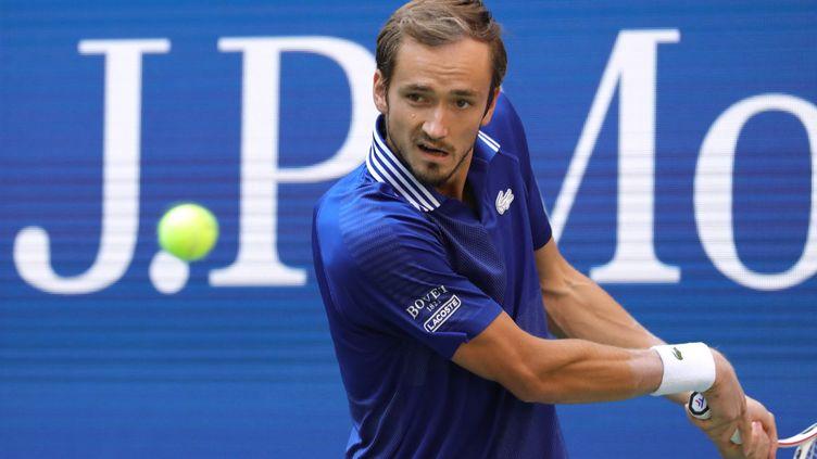 Le Russe Daniil Medvedev concentré lors de la demi-finale de l'US Open contre Félix Auger-Aliassime, le 10 septembre 2021. (KENA BETANCUR / AFP)