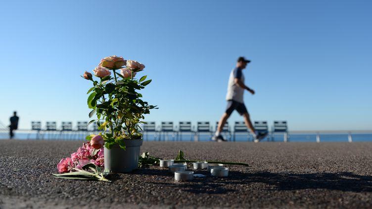 Sur la promenade des Anglais, à Nice, le 17 juillet 2016, trois jours après l'attentat qui a fait au moins 84 morts. (ANDREAS GEBERT / AFP)