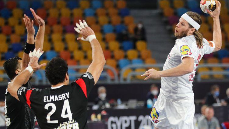 Le maître à jouer danois Mikkel Hansen face au mur égyptien lors du quart de finale du Mondial (MOHAMED ABD EL GHANY / POOL / AFP) (MOHAMED ABD EL GHANY / POOL)