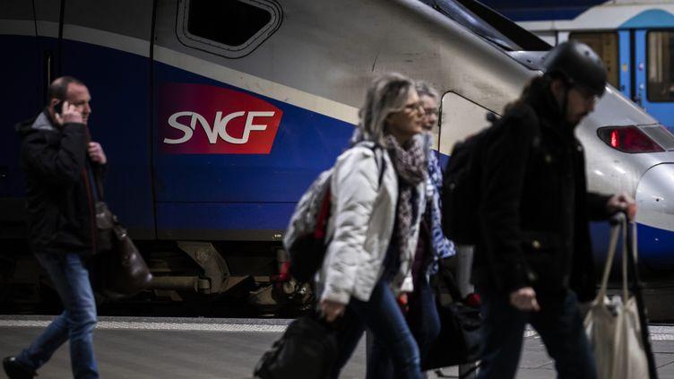 Des clients sur un quai de la gare Montparnasse à Paris le 6 décembre 2019. (MAXPPP)