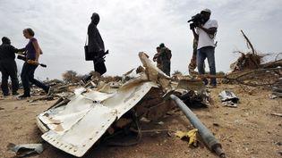 Des journalistes observent, samedi 26 juillet 2014, les débris du vol d'Air Algérie qui s'est écrasé au Mali, avec à son bord 118 personnes. (SIA KAMBOU / AFP)