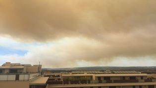 De la fumée s'élèe au dessus de Saint-Cannat, dans les Bouches-du-Rhône, où un incendie s'est déclaré, samedi 15 juillet 2017. (CITIZENSIDE/MICHAEL ROLLAND / CITIZENSIDE / AFP)